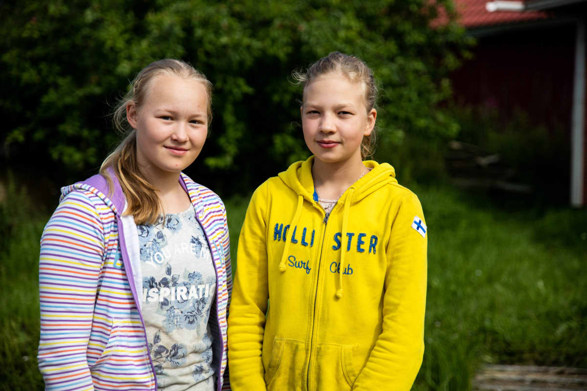 Talvi Paloheimo ja Julianna Hannus Einolan tallin pihalla.