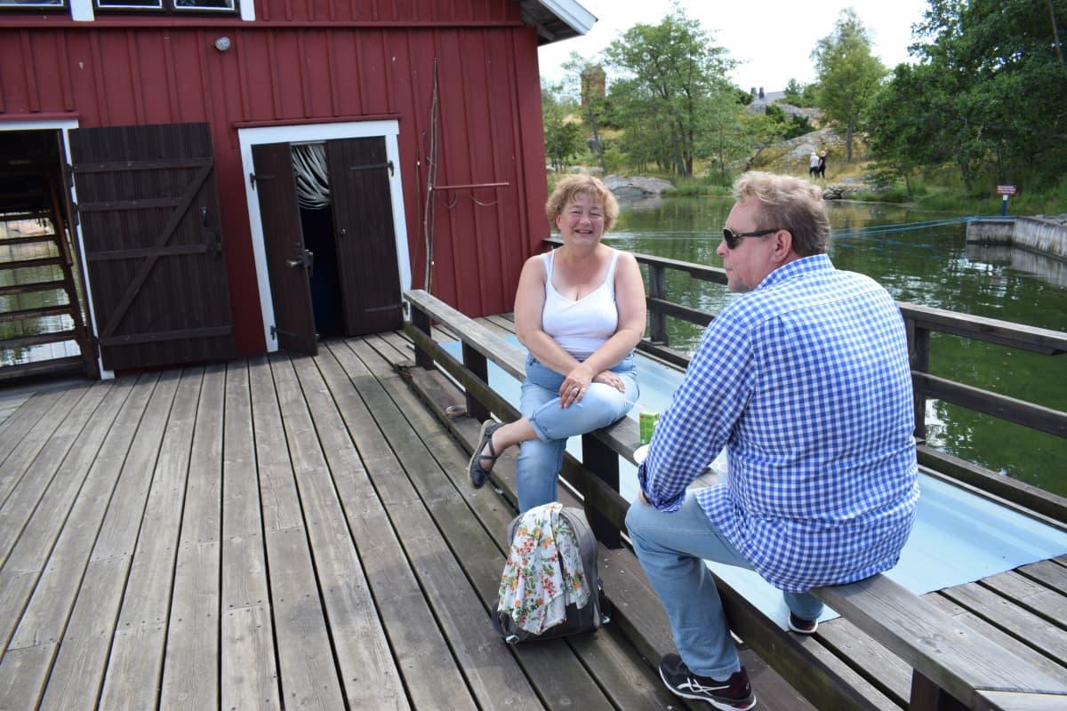 Naantalilaiset Hanna ja Tom Palenius Gullkronan laiturilla.