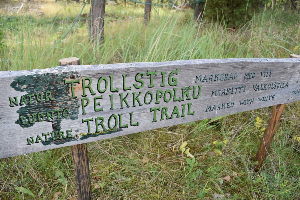 Peikkopolun kyltti Gullkronassa.