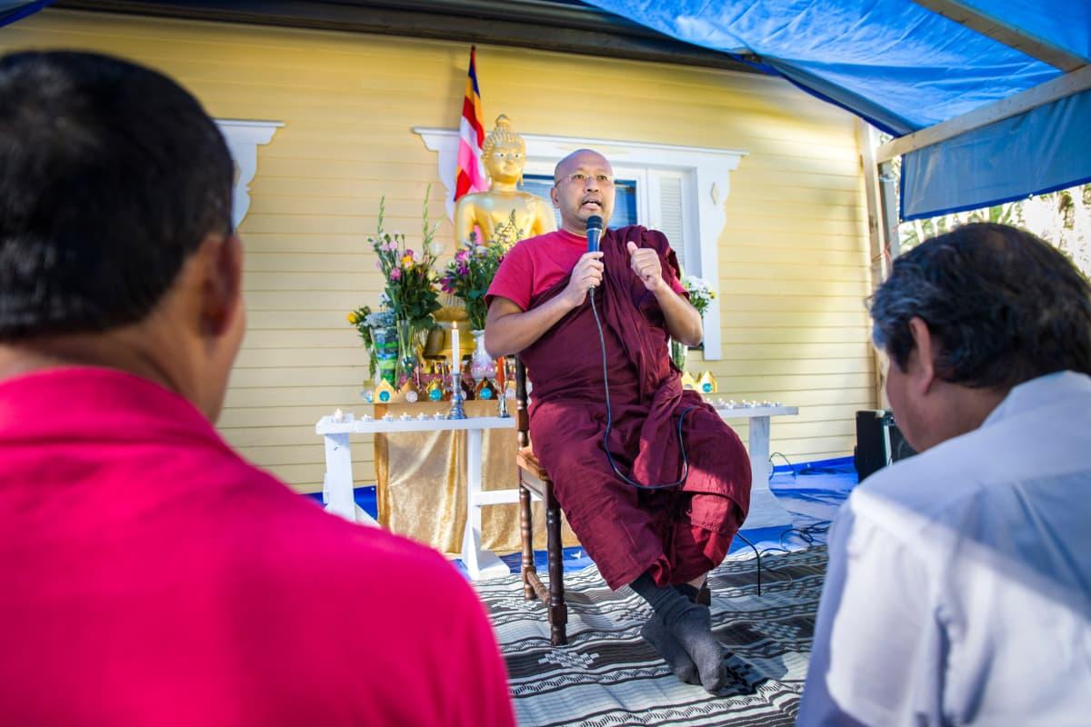 Munkki Ven Pannasami opettaa buddhalaisluostarissa.