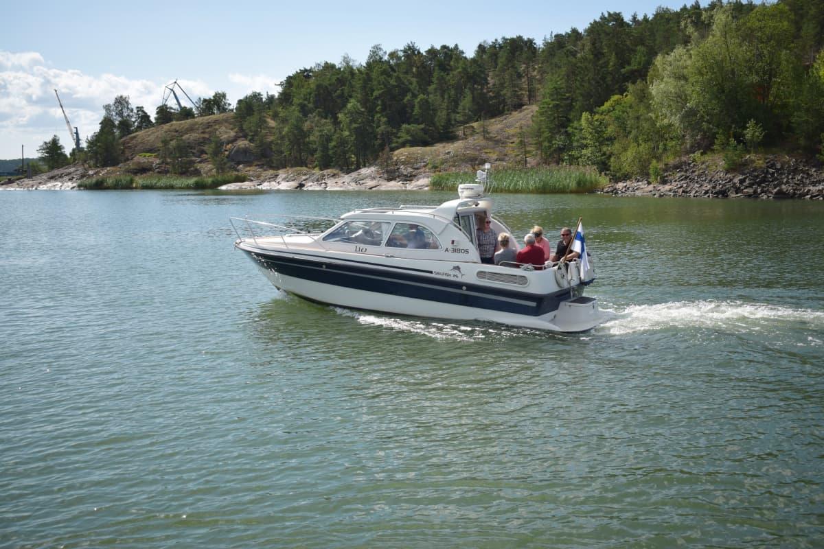 Jari Karlssonin seurue veneilemässä Naantalin lähistöllä.
