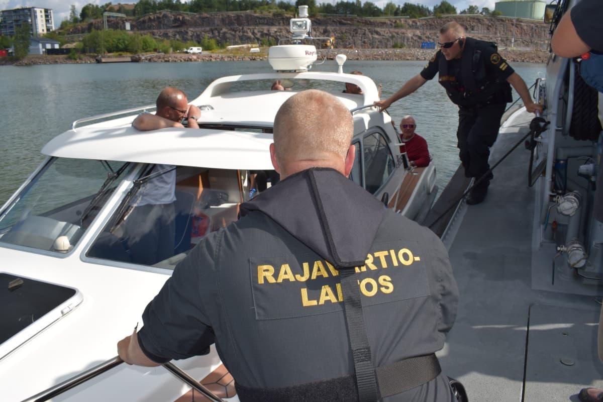 Merivartijat tarkastavat venettä merellä.