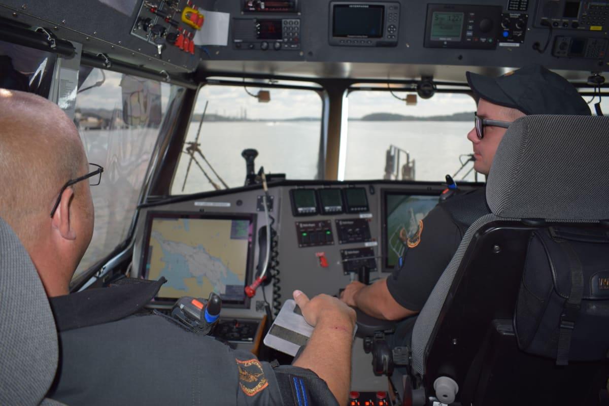 Vanhemmat merivartijat Kim Pettersson ja Benny Saarinen Länsi-Suomen merivartioston valvontaveneen ohjaamossa.