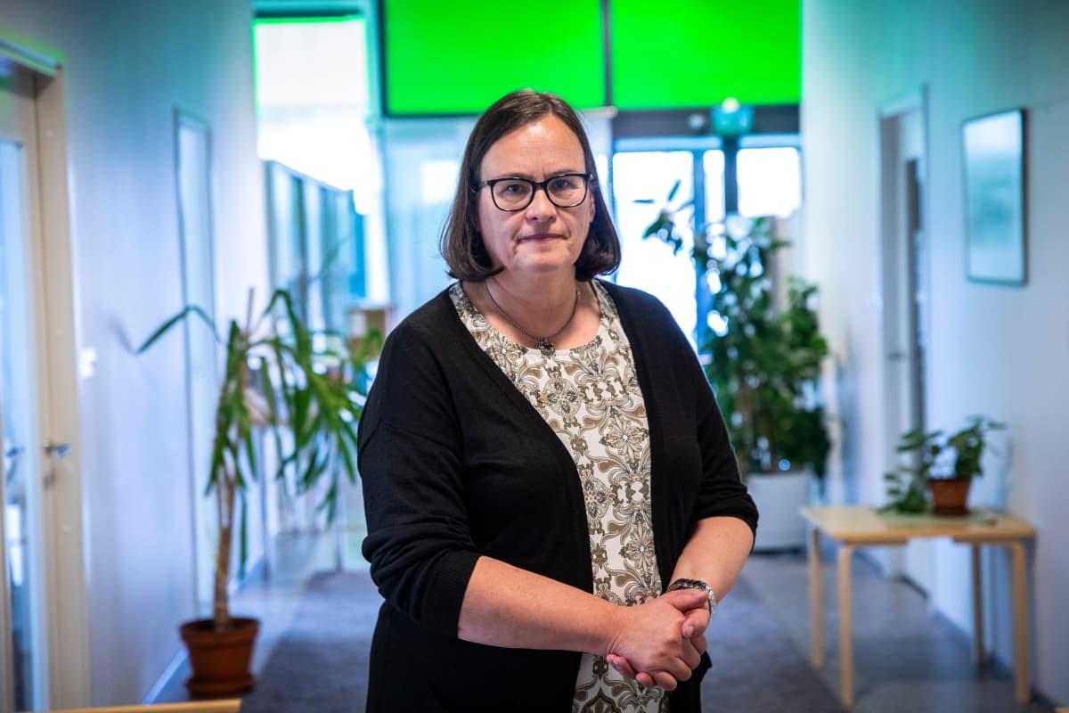 Terveysjohtaja Eija Jestola seisoo Ylä-Savon soten toimistolla Iisalmessa.