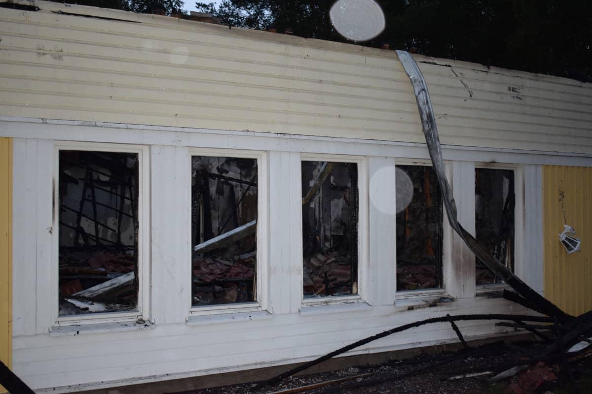 Katto romahti rakennuksen sisään.