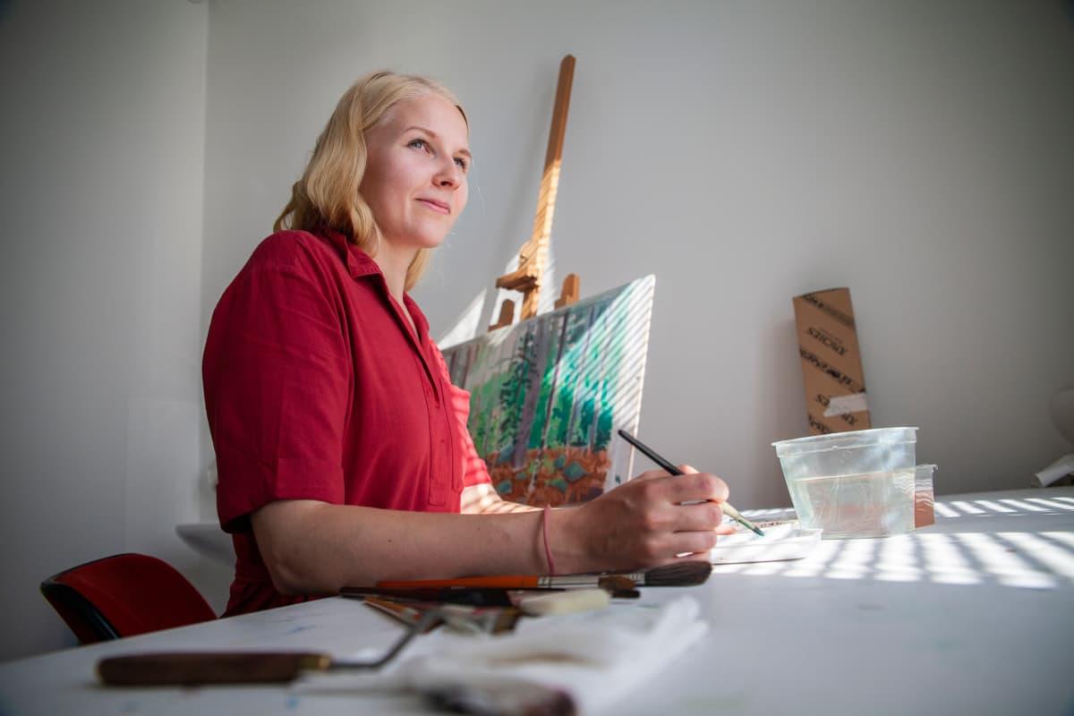 Mirva Liimatta työskentelee työpöytänsä äärellä.