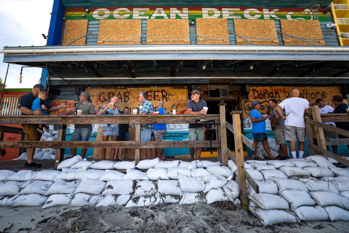 Floridassa ihmiset odottavat rannalla hirmumyrkyä.