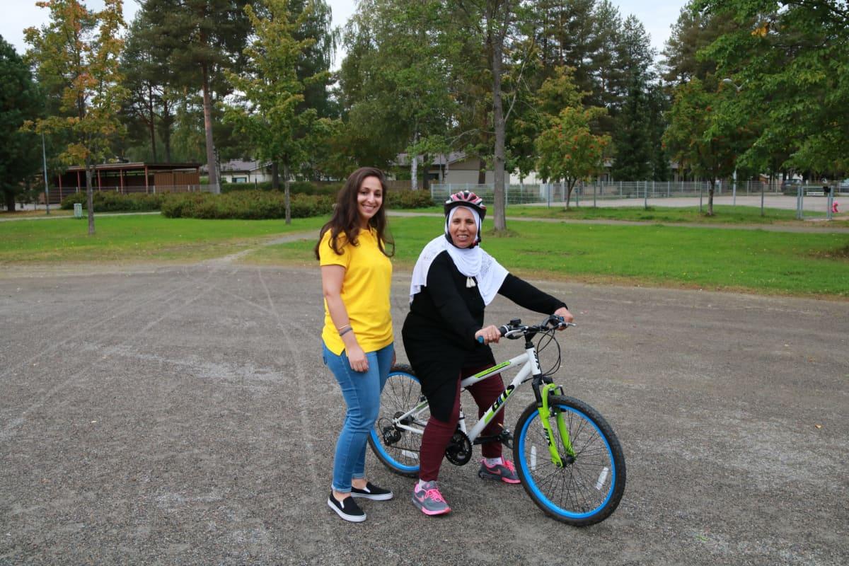Koutsi Chahira Zerouki antoi tukea, Rahma El Younoussia harjoitteli polkupyörällä polkemista.