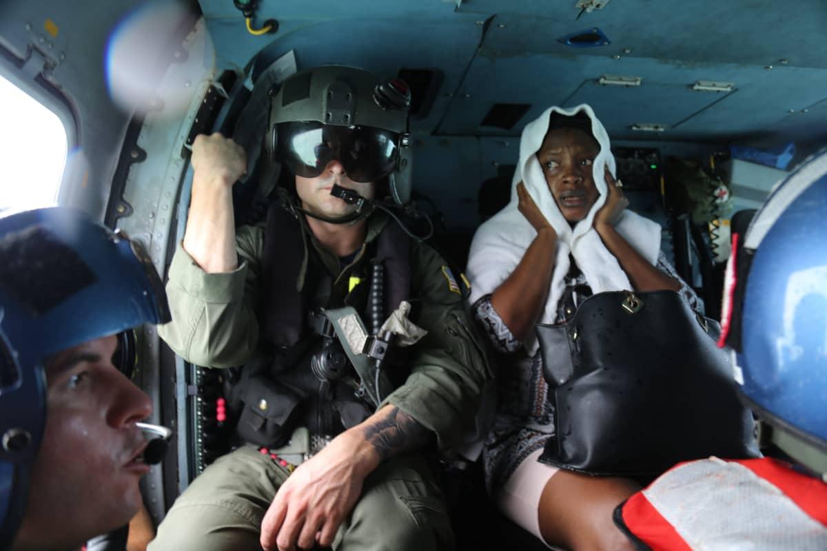 Yhdysvaltain rannikkovartiosto pelasti naisen pahoin hurrikaanissa kärsineiltä Abaco-saarilta keskiviikkona.