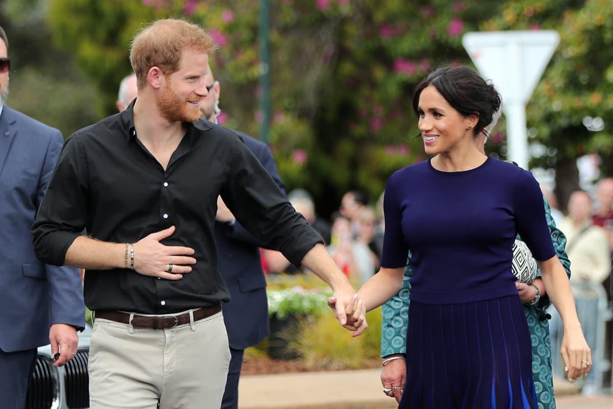Prinssi Harry ja Sussexin herttuatar Meghan Markle Australian ja Uuden-Seelannin-kiertueella syksyllä 2018. Musta Oura-sormus Harryn oikeassa nimettömässä.