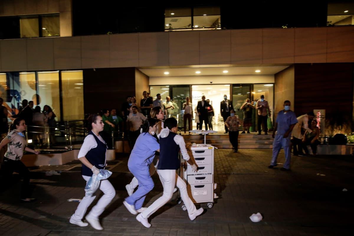 Sairaalan työntekijät pelastivat palavasta sairaalarakennuksesta hoitotarvikkeita Rio de Janeirossa.