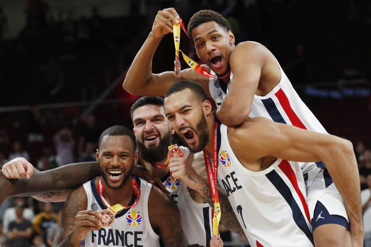 Ranskan joukkue juhlii mitalia kuvassa.