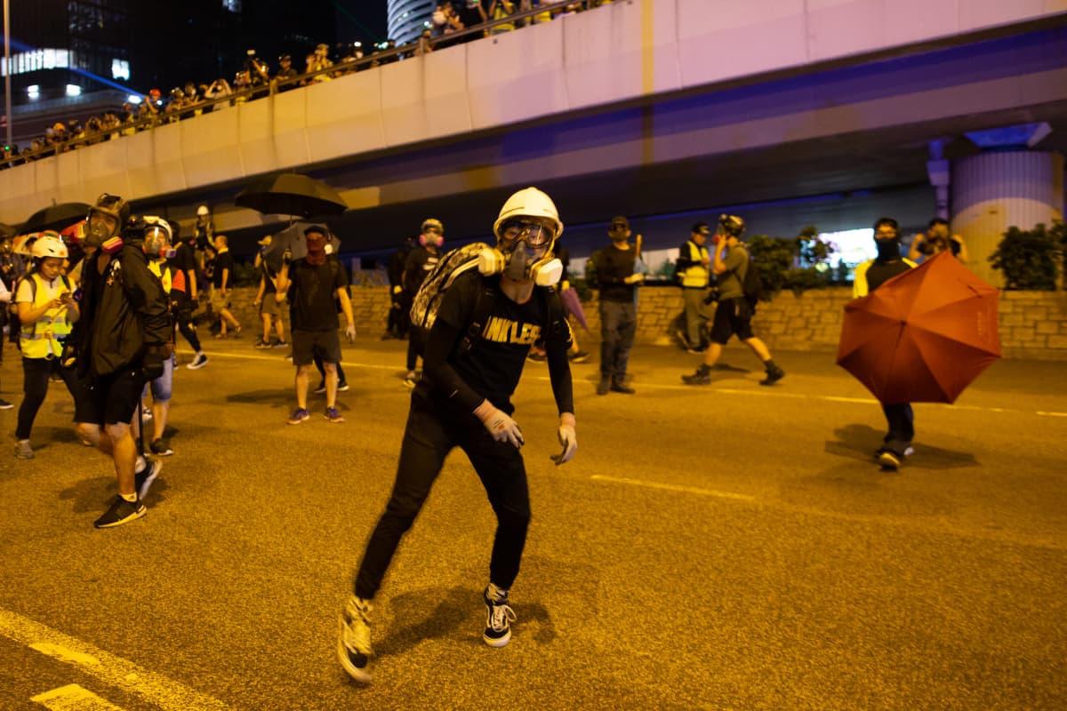 Osa protestoijista oli lauantai-iltana varautunut kyynelkaasun käyttöön.