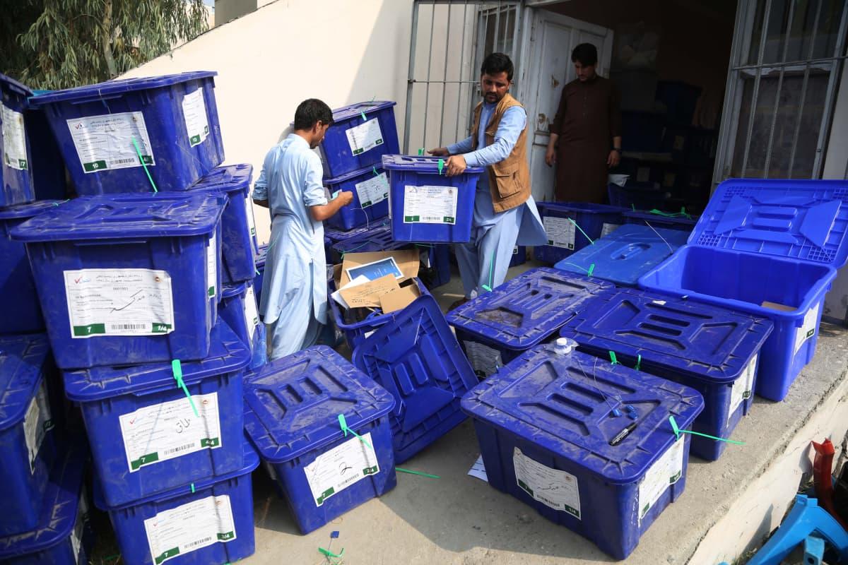 Demokratia liikkeessä. Vaalivirkailijat siirtävät sunnuntaina äänestyslipukkeita täynnä olevia laatikoita Jalabadin kaupungissa Itä-Afganistanissa.