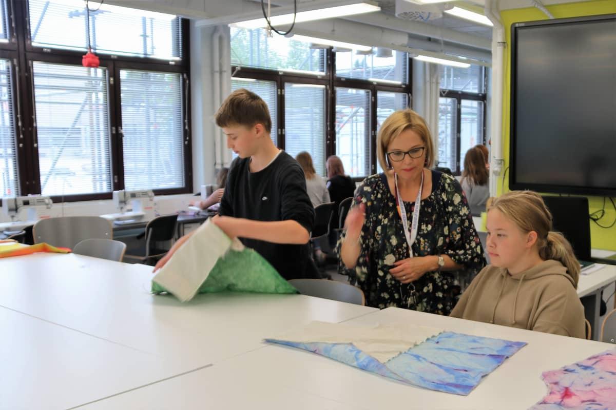 Tekstiilityön opettaja Auli Sipola opettaa seiskaluokkalaisia oululaisessa Pohjankartanon koulussa.