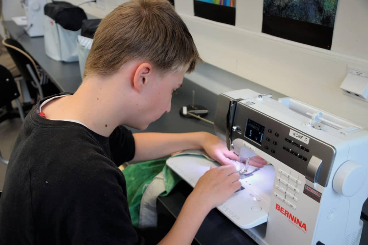 Pohjankartanon koulun oppilas Aarne Malmivaara käsitöissä.