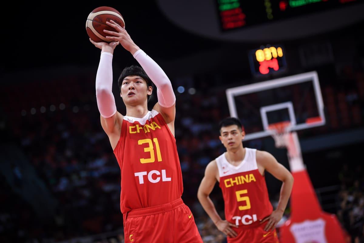 Kiinalainen koripalloilija Wang Zhelin heittää.