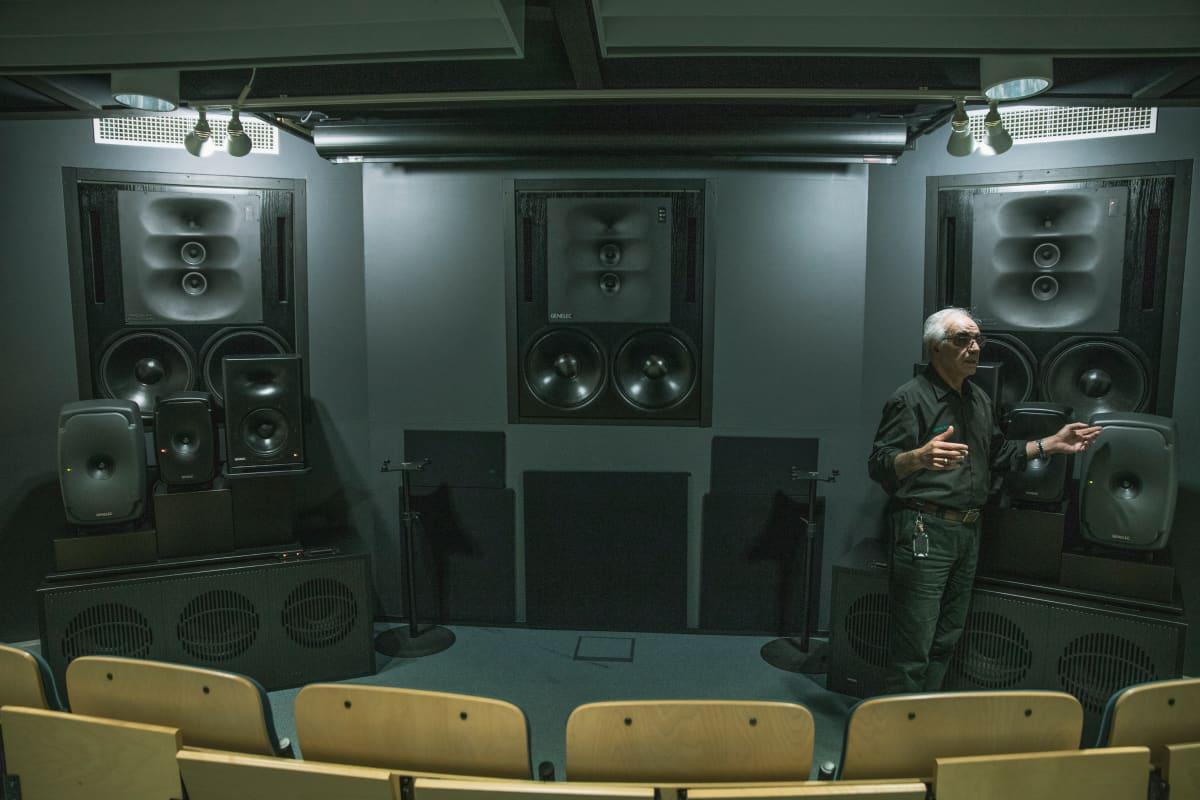 Siamäk Naghian Genelecin kuunteluhuoneessa Iisalmessa.