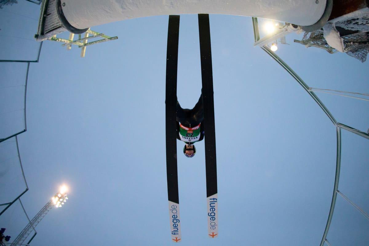 Leevi Mutru irtoamassa hyppyrin keulalta lentoon.
