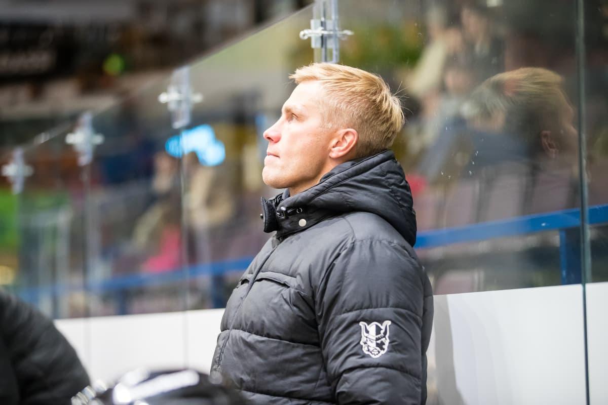 Marko Kauppinen seisoo vaihtopenkin takana.