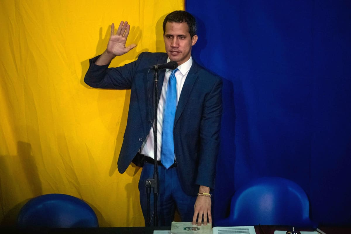 Juan Guiadó vilkuttaa kannattajilleen