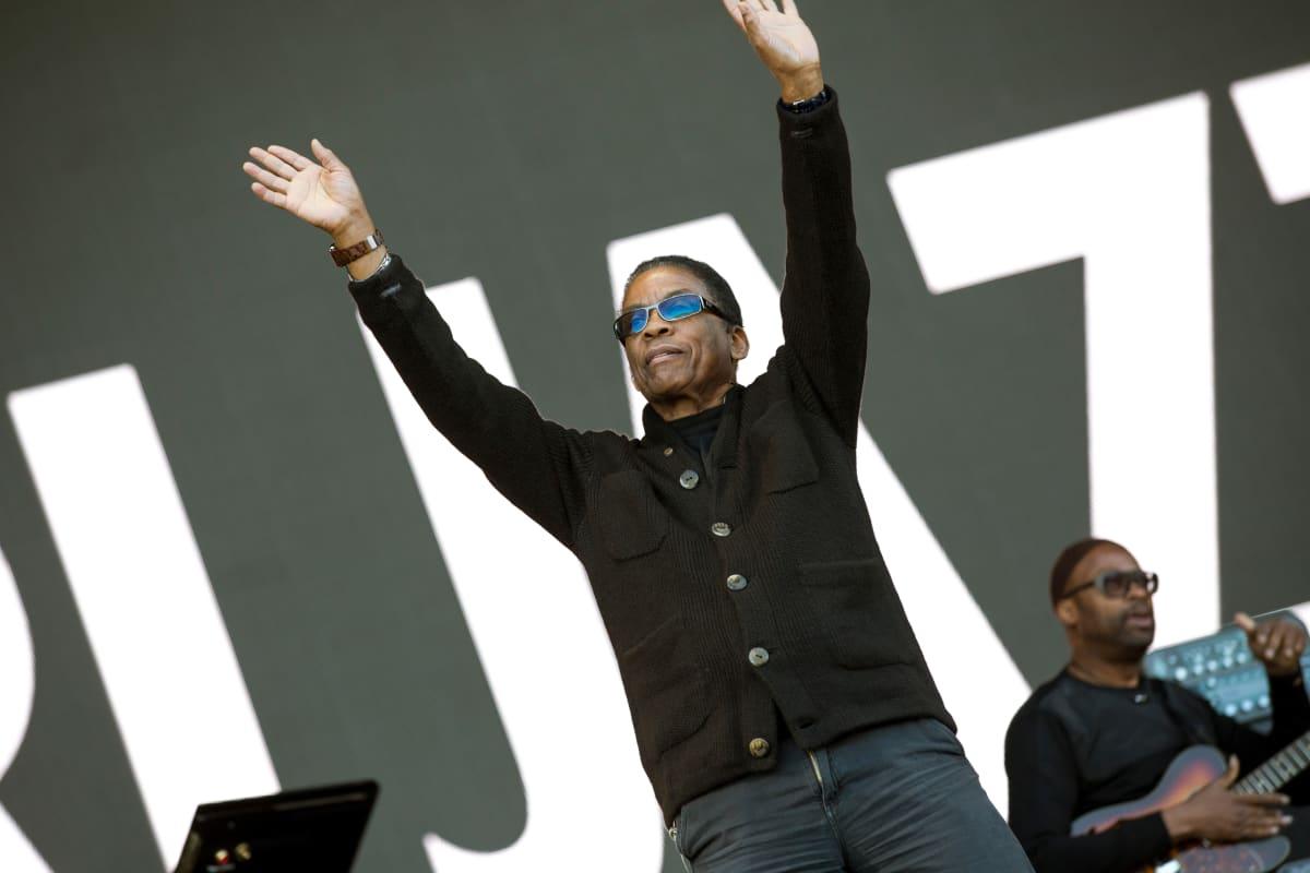 Jazzpianisti Herbie Hancock tervehtii yleisöä Porin Kirjurinluodon esiintymislavalla  kesällä 2017.