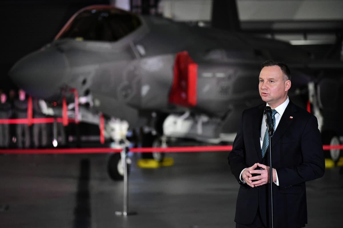 Duda ja taustalla F-35.