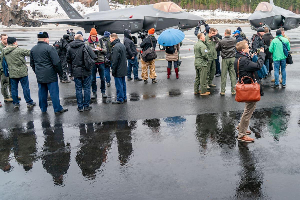 Journalisteja HX-hankkeen tiedotustilaisuudessa Satakunnan lennostossa.