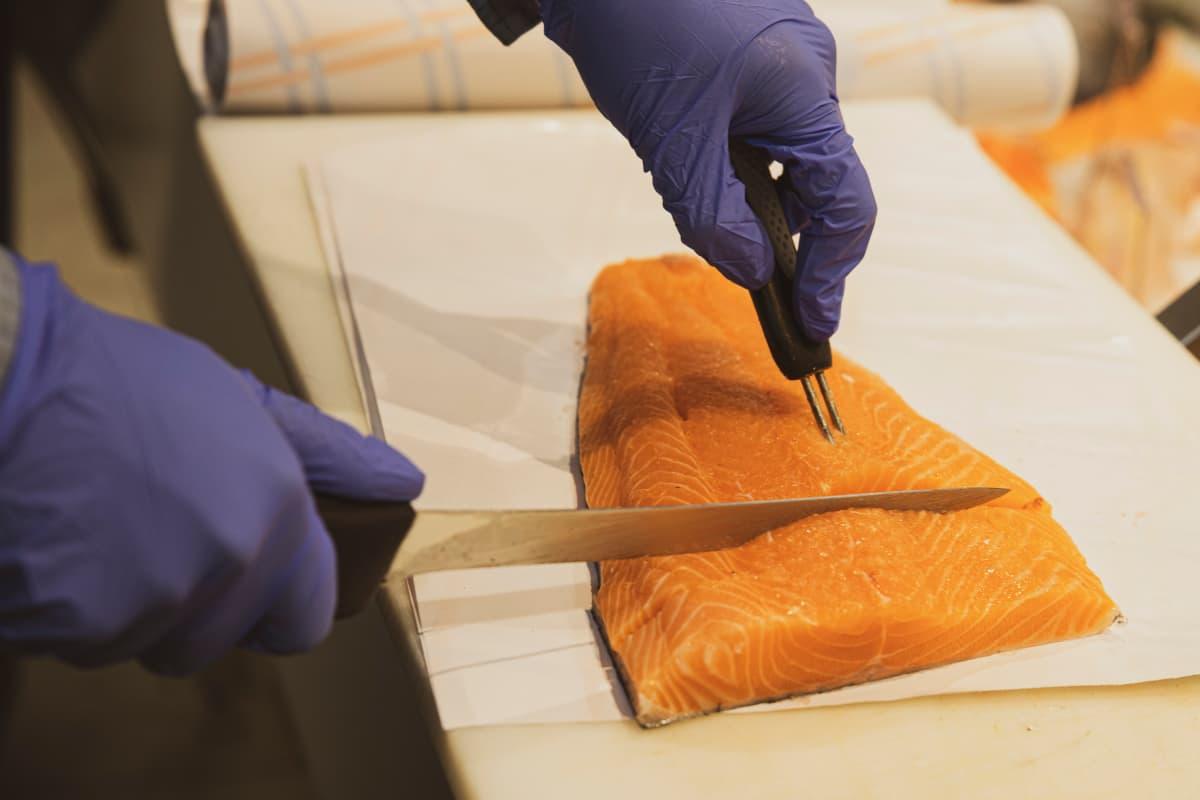 Lohifilettä leikataan kalatiskillä.