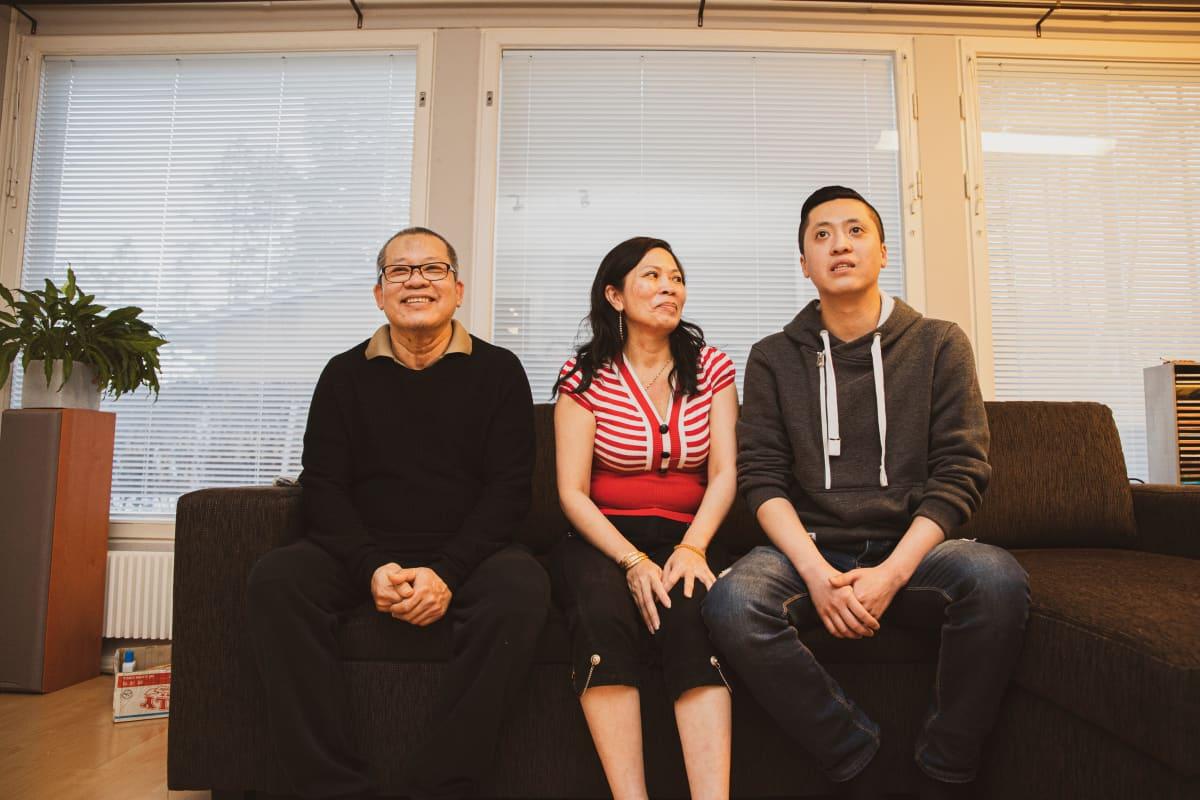 Vietnamilainen perhe sohvalla, Liem Le, Cuc Pho ja Kini Le