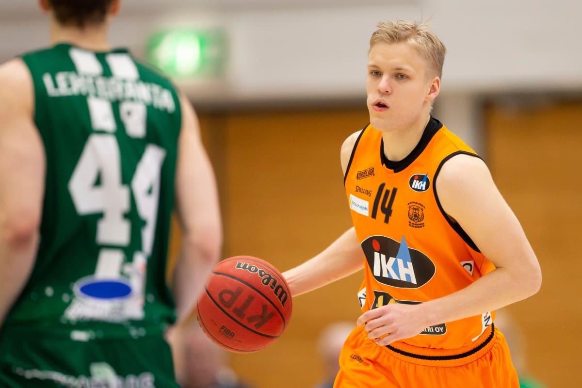 Karhu Basketin Okko Järvi kunnostautui voittajien tehomiehenä.