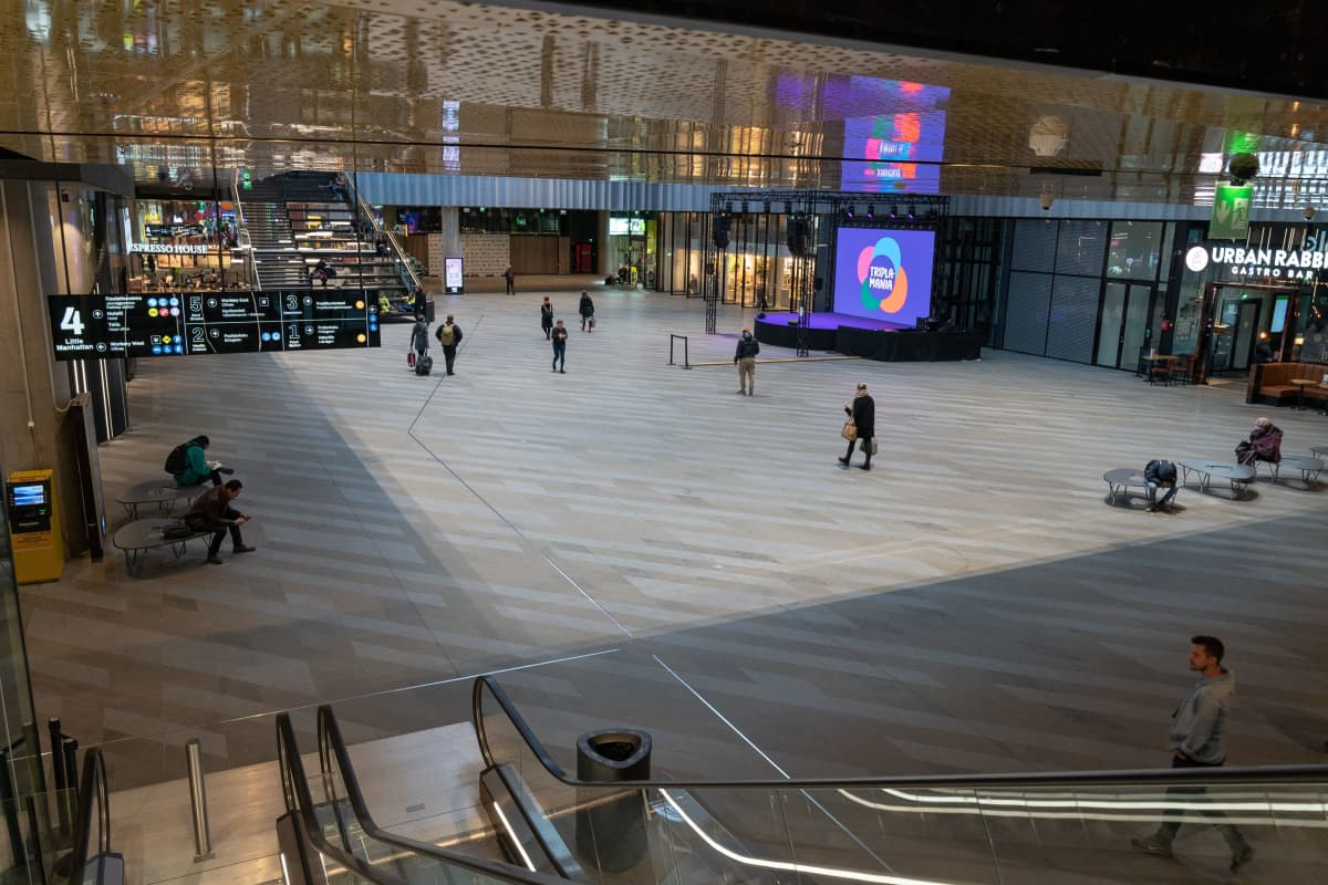 Kauppakeskus Triplassa Helsingissä oli poikkeuksellisen hiljaista jo perjantaina iltapäivällä.