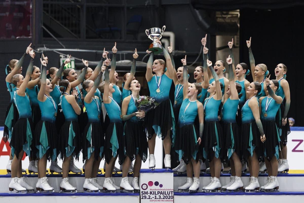 Team Fintastic -joukkue (juniorit) juhlii vapaaohjelman jälkeen muodostelmaluistelun SM-kilpailuissa Espoossa 1. maaliskuuta 2020.