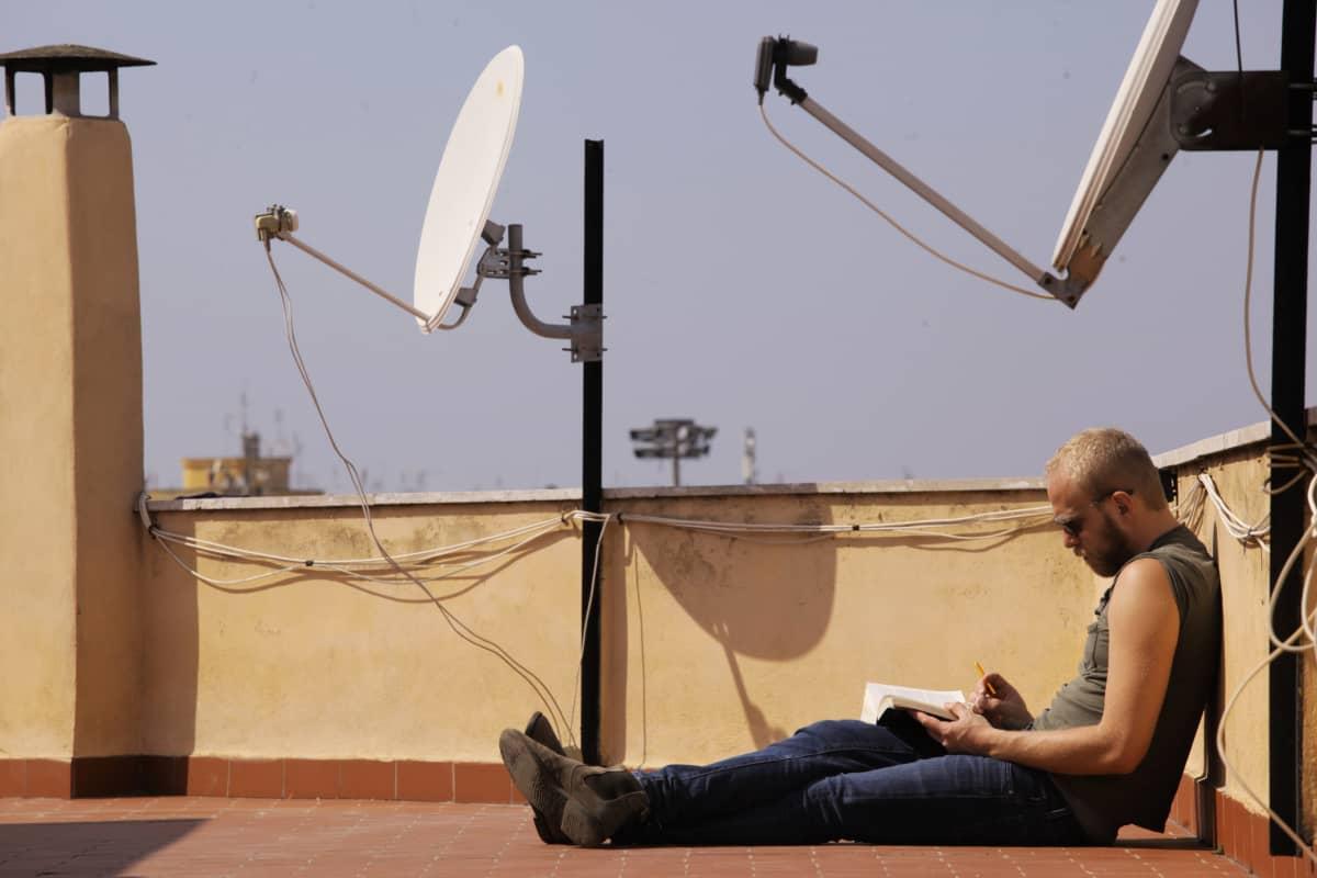 Mies kattoterassilla Roomassa