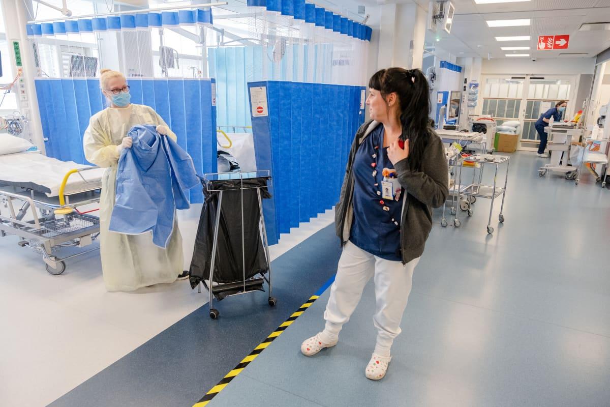 Tyksin päivystyksen sairaanhoitaja Jenna Leppänen ja vuorovastaava Hanna Anttonen.