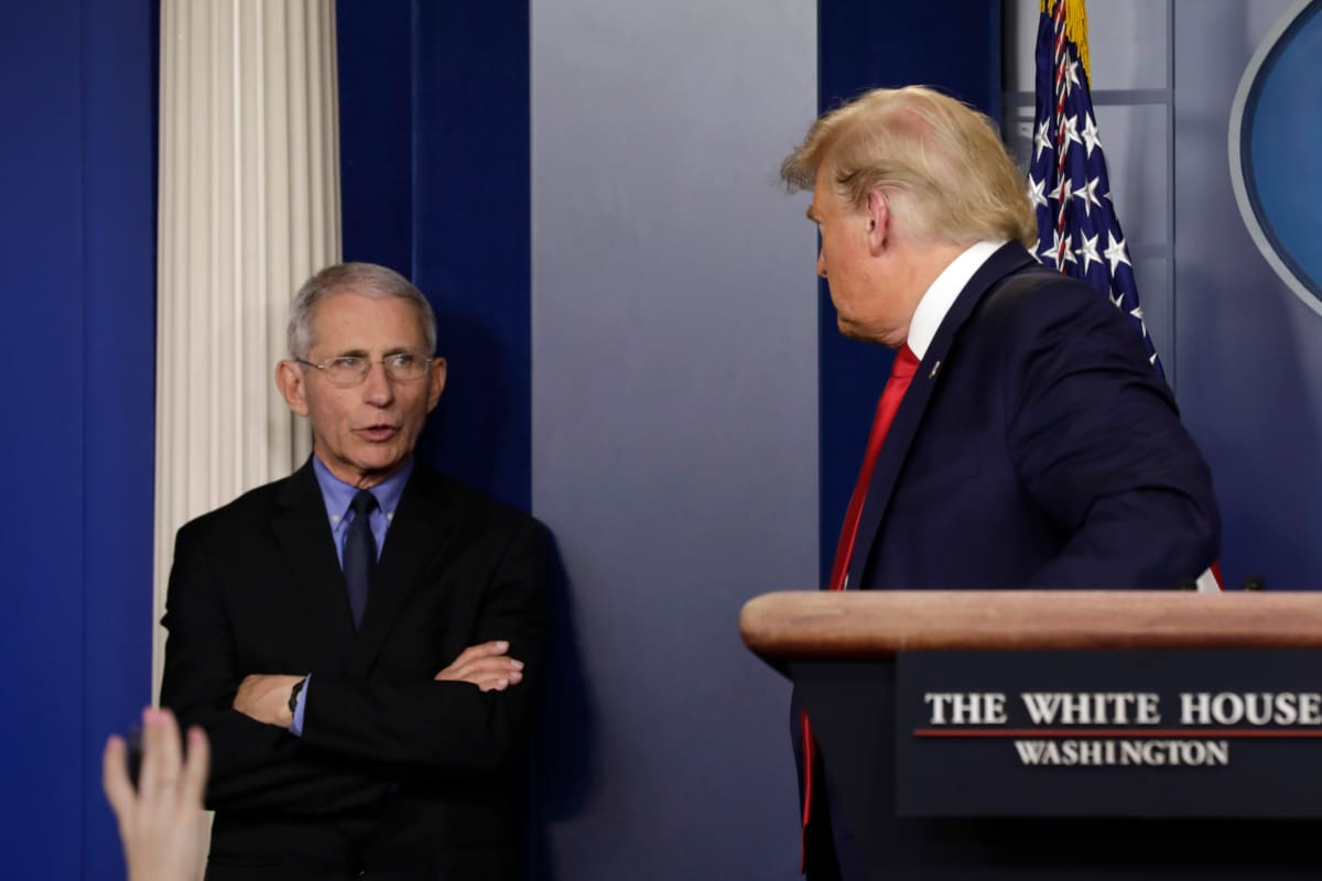 Infektiotautiinstituutin johtaja Anthony Fauci keskustelee Trumpin kanssa
