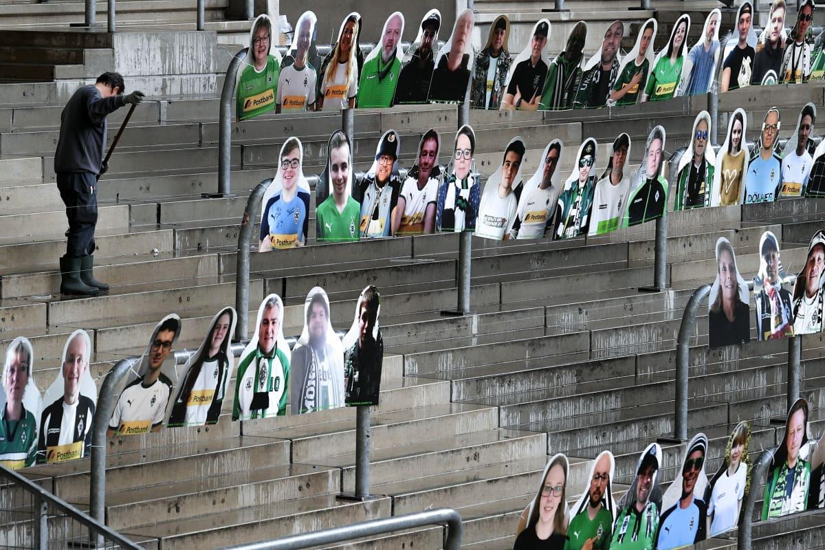 Bundesliga Borussia Mönchengladbachin stadionilla pahvifiguureja, jotka fanit laittaneet tsempiksi