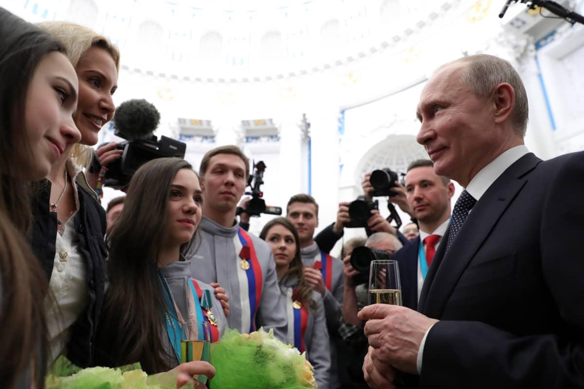 Eteri Tutberidzen suojattien menestys on noteerattu vuosien saatossa Venäjän poliittisessa eliitissäkin. Presidentti Vladimir Putin onnitteli Tutberidzea hyvin tehdystä työstä Pyeongchangin olympialaisissa vuonna 2018.