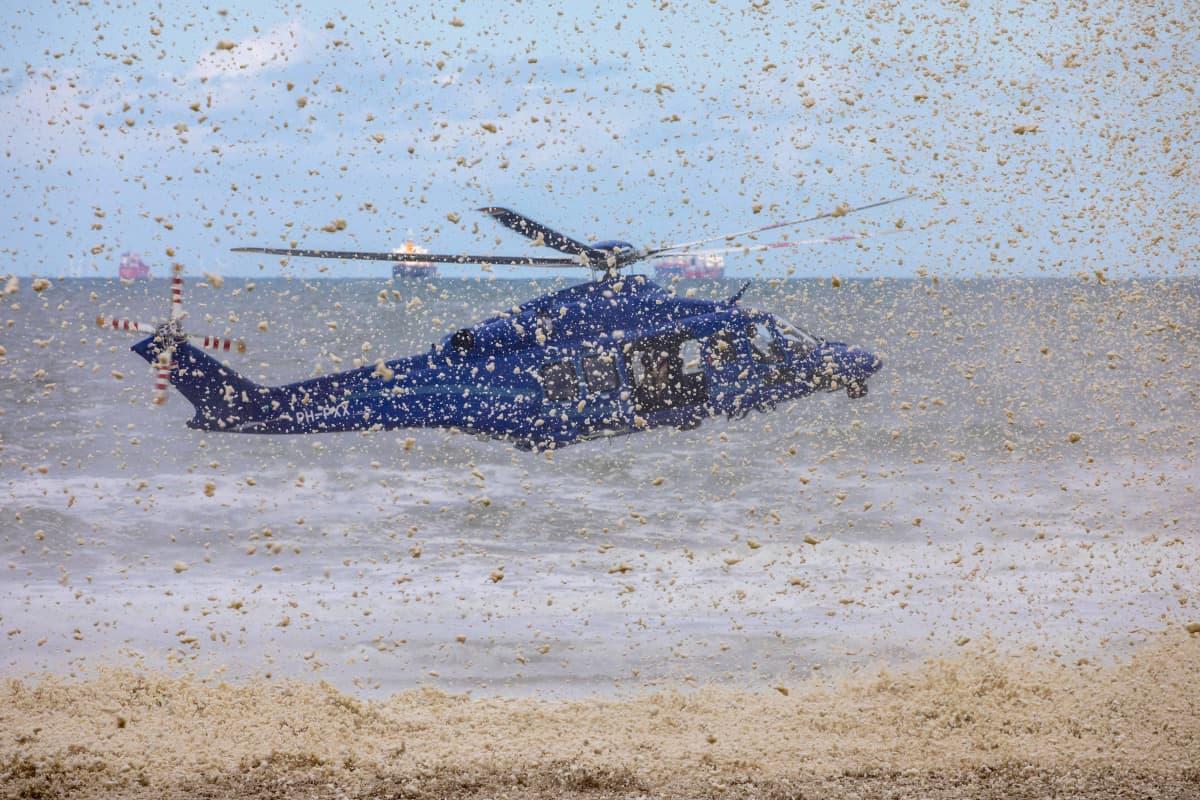 Poliisin helikopteri hajottaa vaahtomattoa Scheveningenissä Hollannissa 14.5.2020.