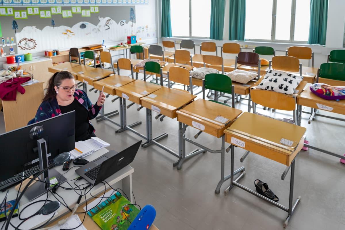 Luokanopettaja Anniina Lucenius tyhjässä luokassa Peltosaaren koulussa Riihimäellä.