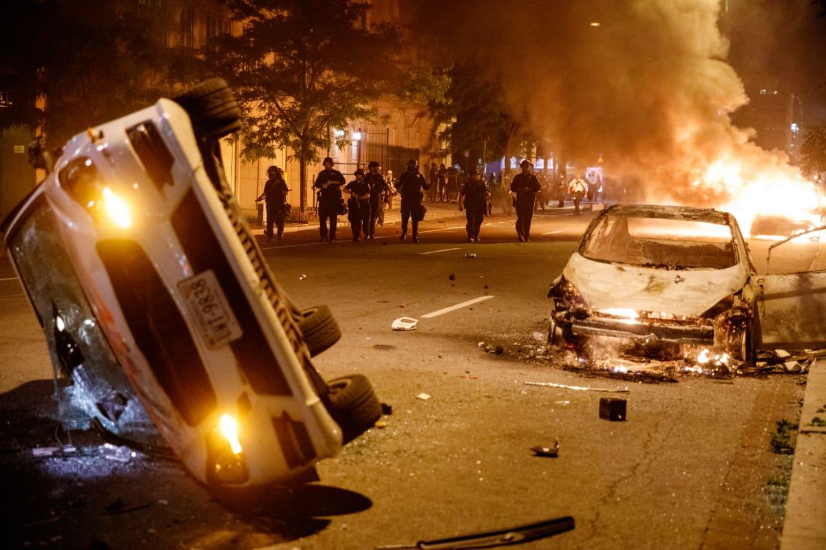 Poltettuja ja palavia autoja kadulla