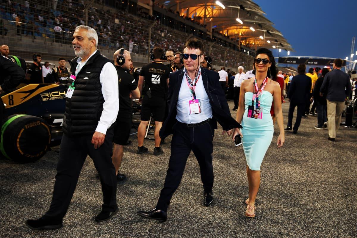 Jimmy White vieraili Bahrainin F1-radan lähtösuoralla ennen vuoden 2019 GP:n starttia.