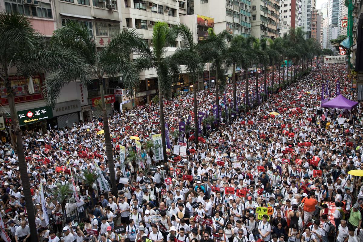 Kuvassa mielenosoittajat peittävät lukumäärällään Hong Kongin kadut.