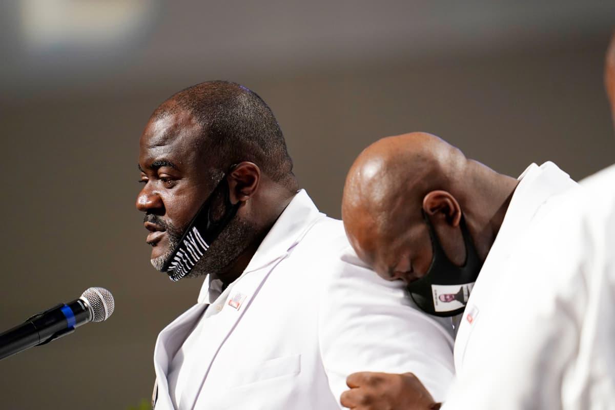 Rodney Floyd puhuu veljensä hautajaisissa.