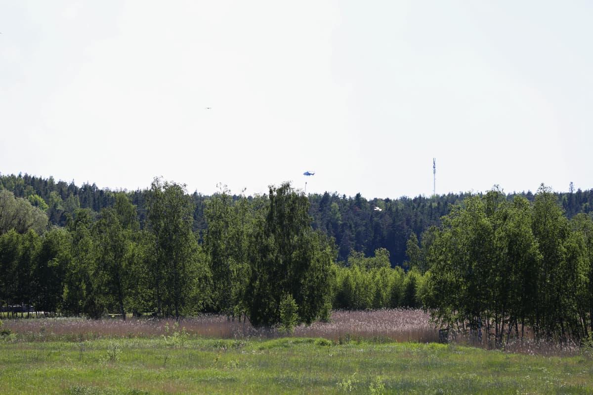 Helikopteri sammuttaa maastopaloa Turun Satavassa.