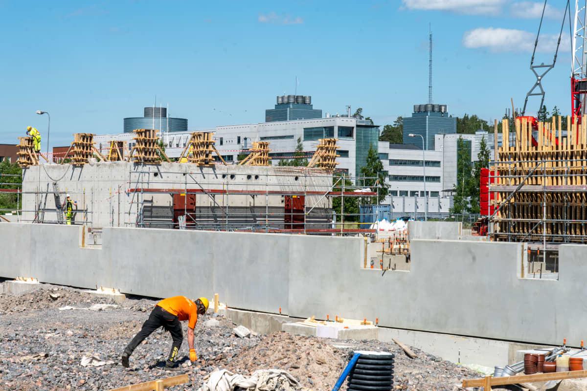 Säteilyturvakeskuksen työmaa Vantaalla, taustalla KRP.