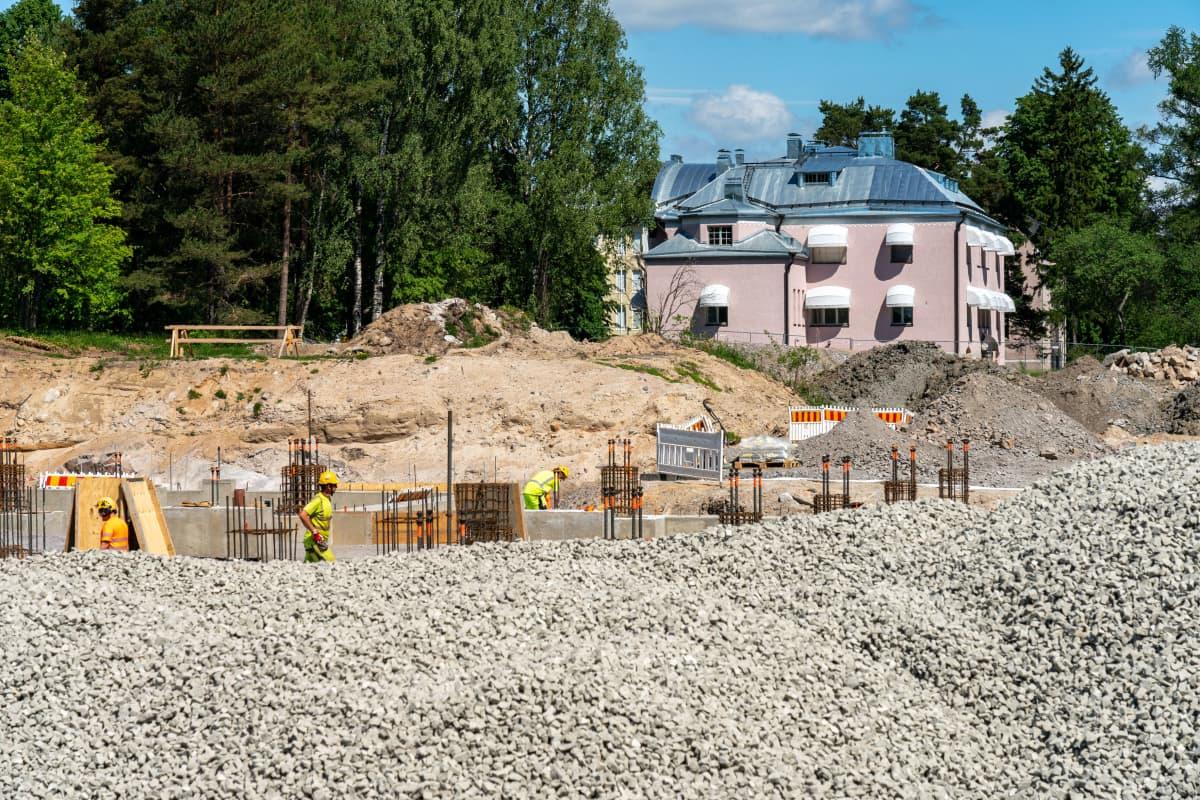 Säteilyturvakeskuksen työmaa Vantaalla, taustalla suojeltu rakennus.