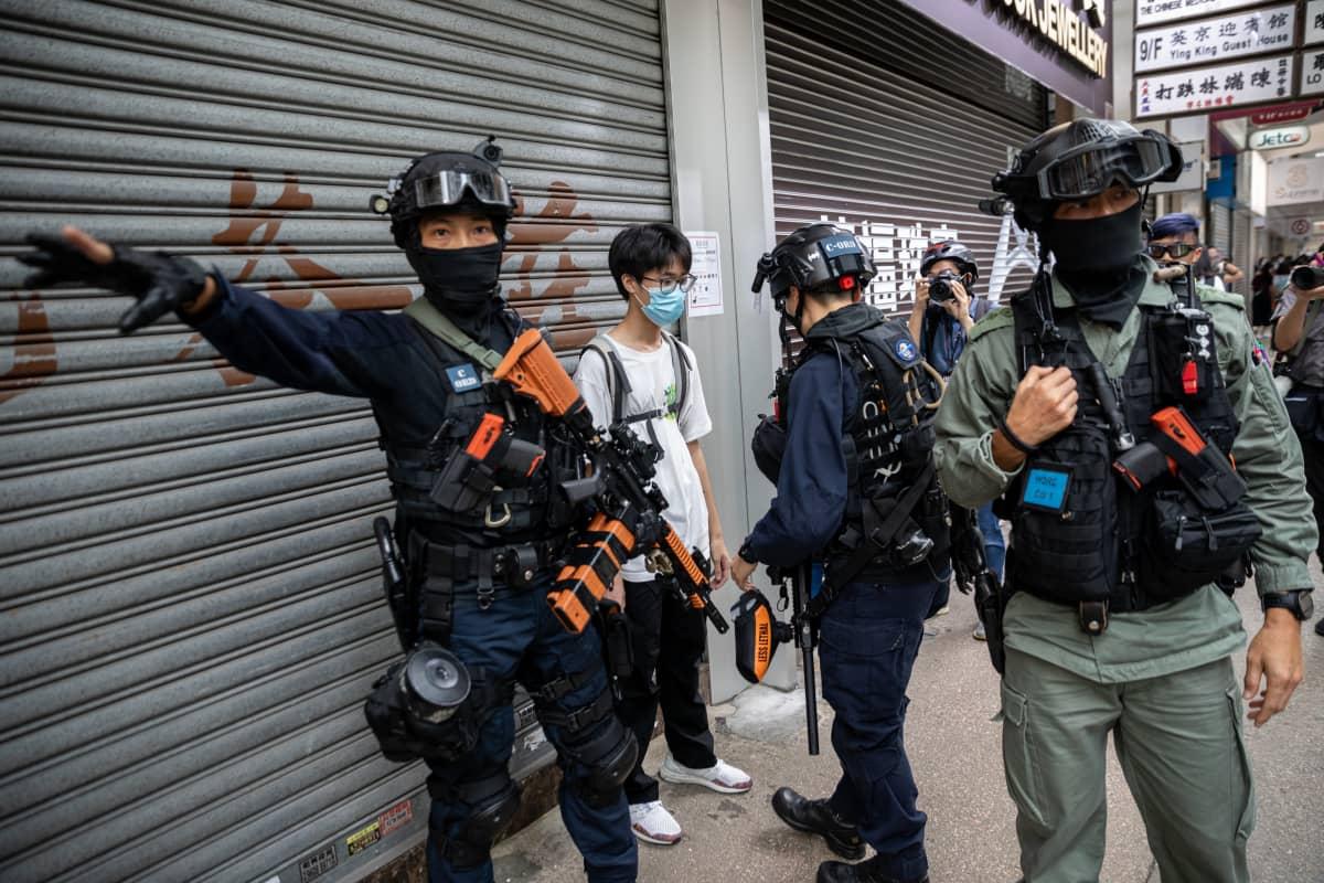 Useita mielenosoittajia otettiin kiinni keskiviikon protesteissa Hongkongissa.
