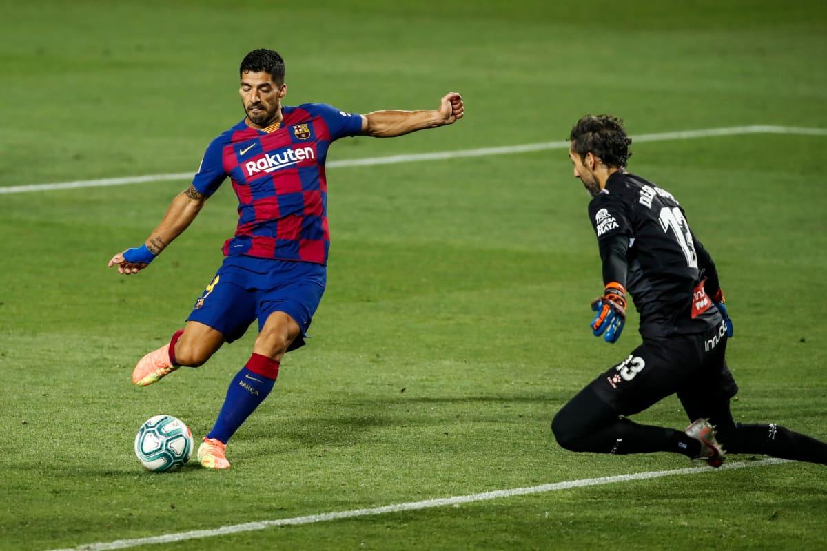 Barcelonan Luis Suarez iskee pallon Espanyolin Diego Lopezin taakse