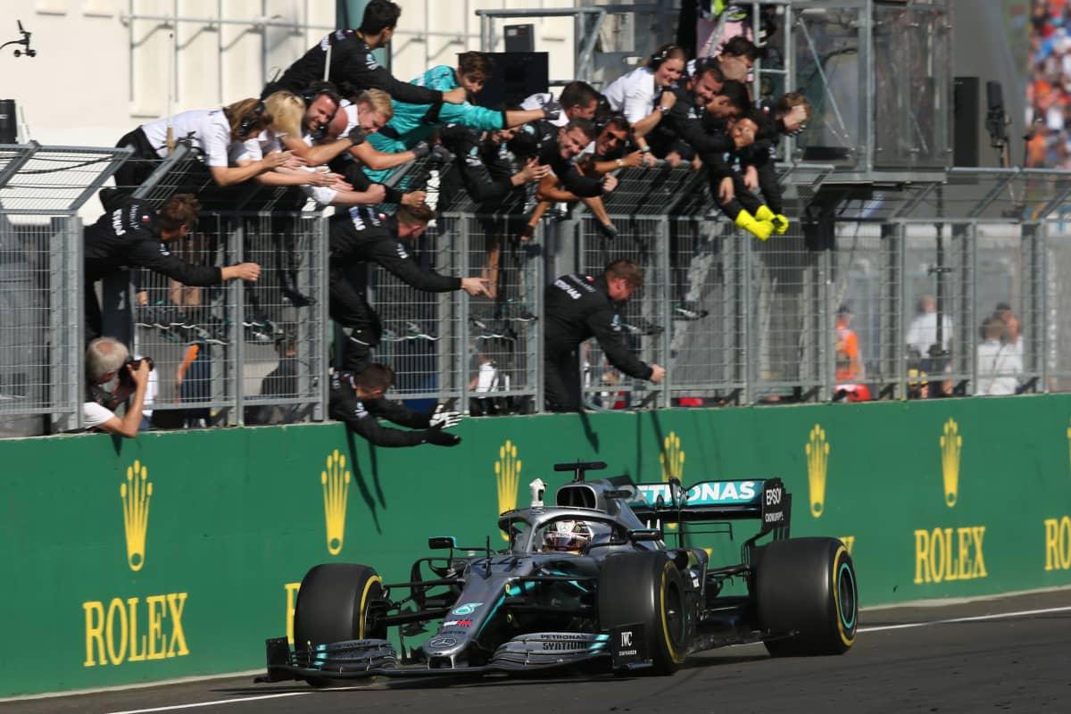 Mercedeksen Lewis Hamilton on dominoinut kahta viime osakilpailua mestarin ottein.